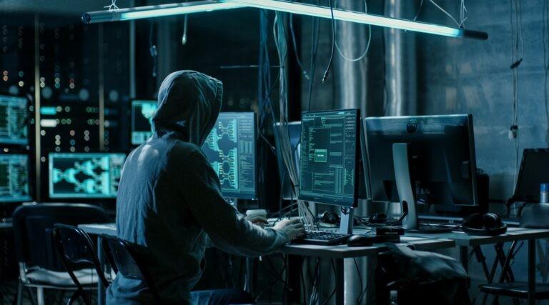 Hackeři útočí SYN a UDP záplavami.