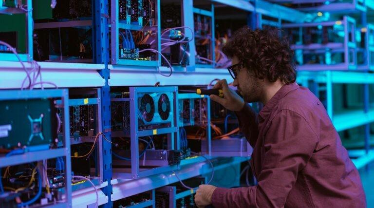 Těžař opravuje své servery.