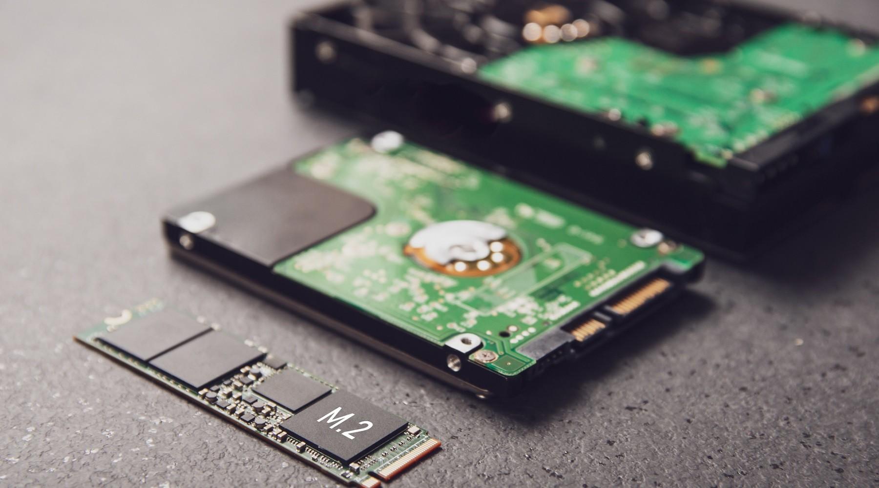 Srovnání velikosti SSD disku a běžných HDD.