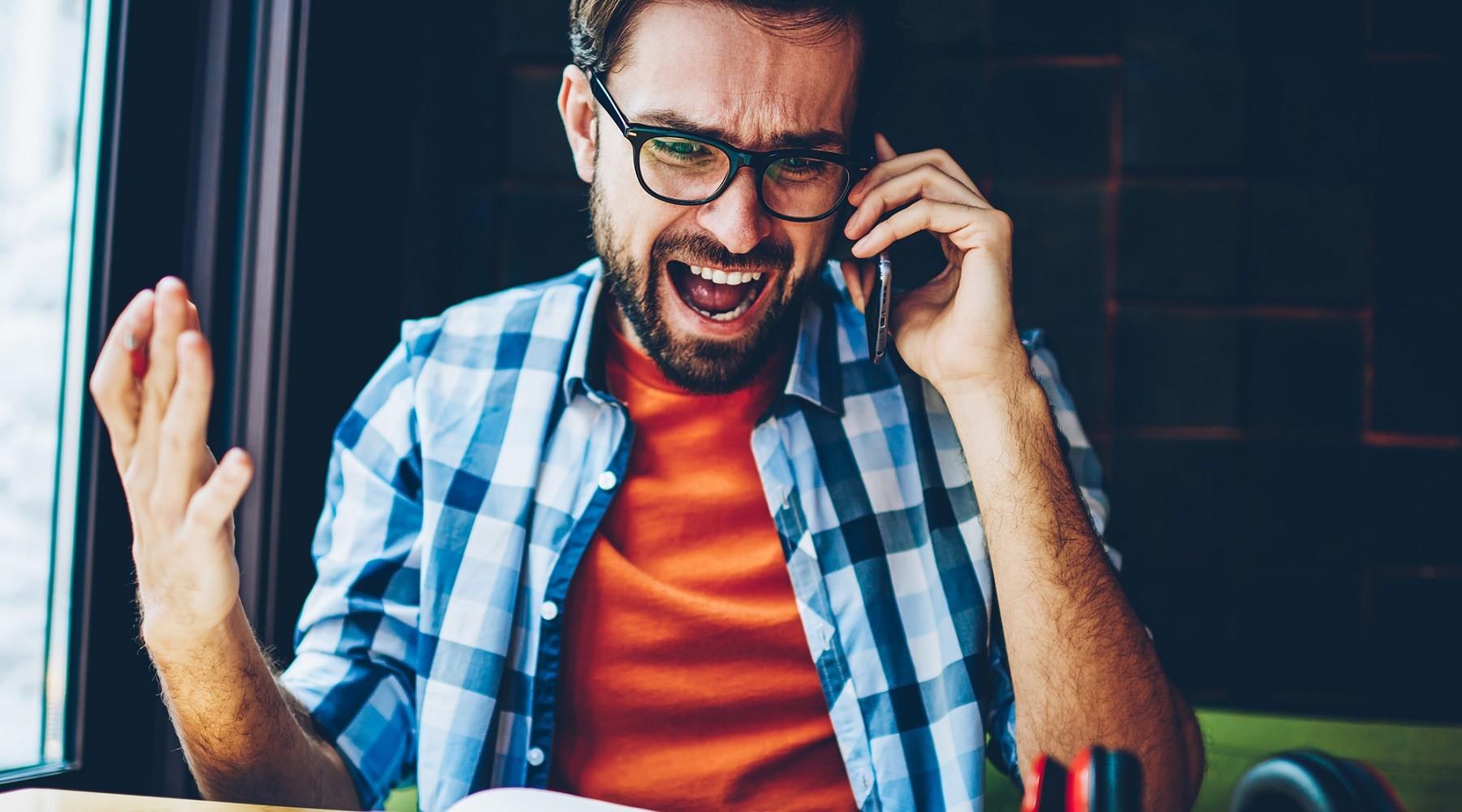 Muž se rozčiluje kvůli nevyžádanému hovoru.