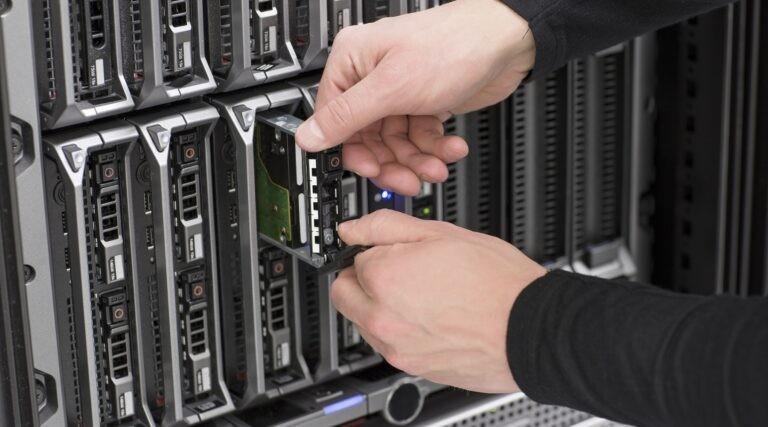 Administrátor vytahuje SSD disk ze serveru.