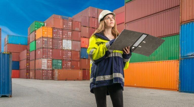 Docker je založený na kontejnerech.