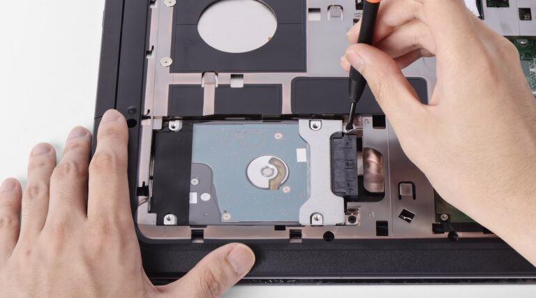 Vyndávání SSD disku ze základní desky