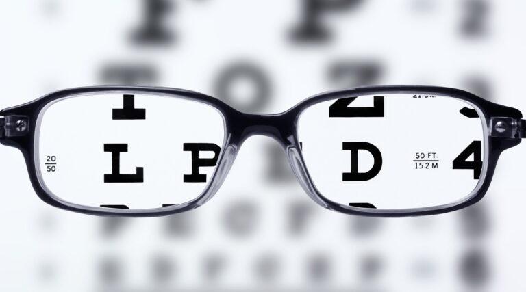 Brýle a těžce čitelný text – symboly nepřístupného webu.
