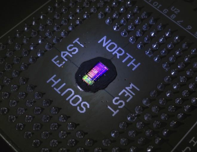 Pohled na nový fotonicko-elektronický čip ve velkém zvětšení. Čip obsahuje speciální fotonické komponenty.