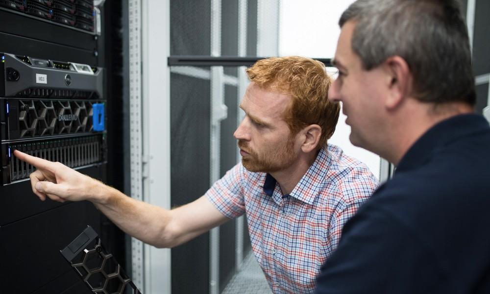 Naši zaměstnanci kontrolují výkonný server DELL EMC.