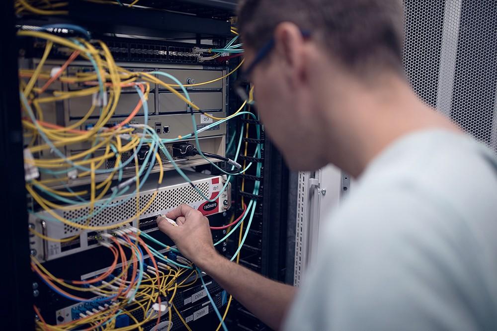 Náš administrátor kontroluje server