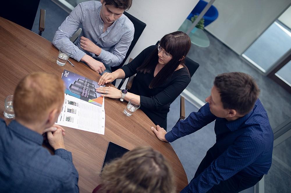 Schůze v brněnské konferenční místnosti