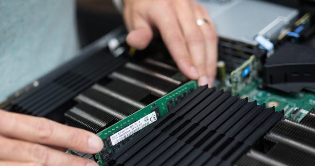 Hardwarové komponenty k serverům