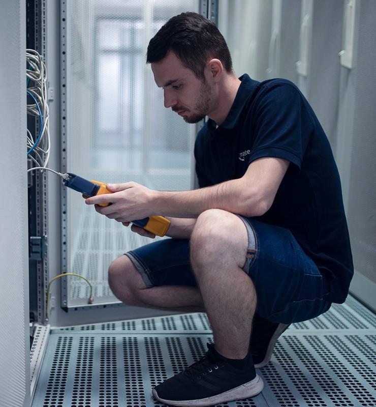 Technik provádí údržbu sítě, aby VPS hosting běžel bez výpadku.