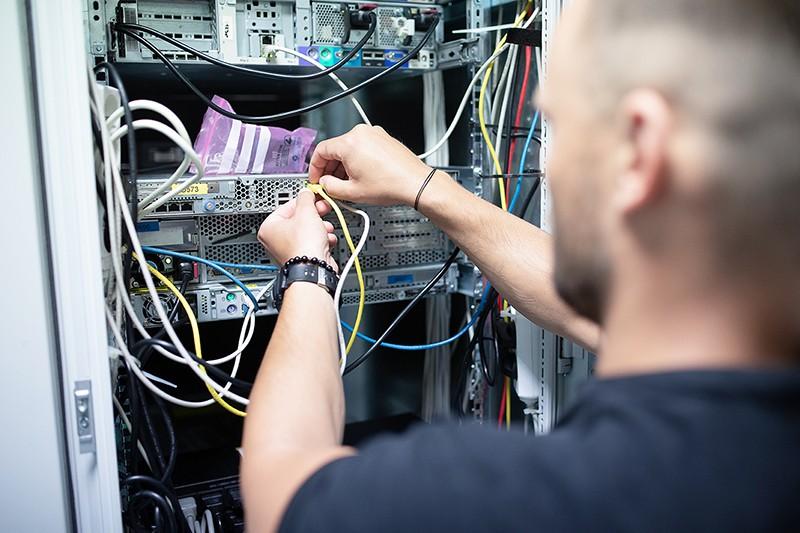 Administrátor provádí údržbu serveru.