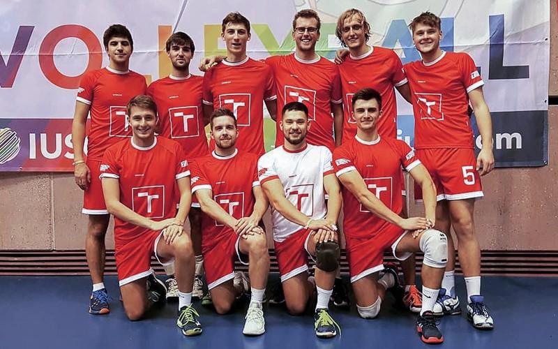 Fotka Frederika a jeho týmu z volejbalového turnaje v Barceloně.