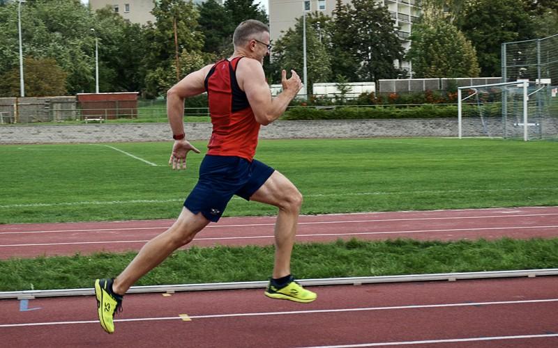 Petr na fotce trénuje na atletickém ovále.